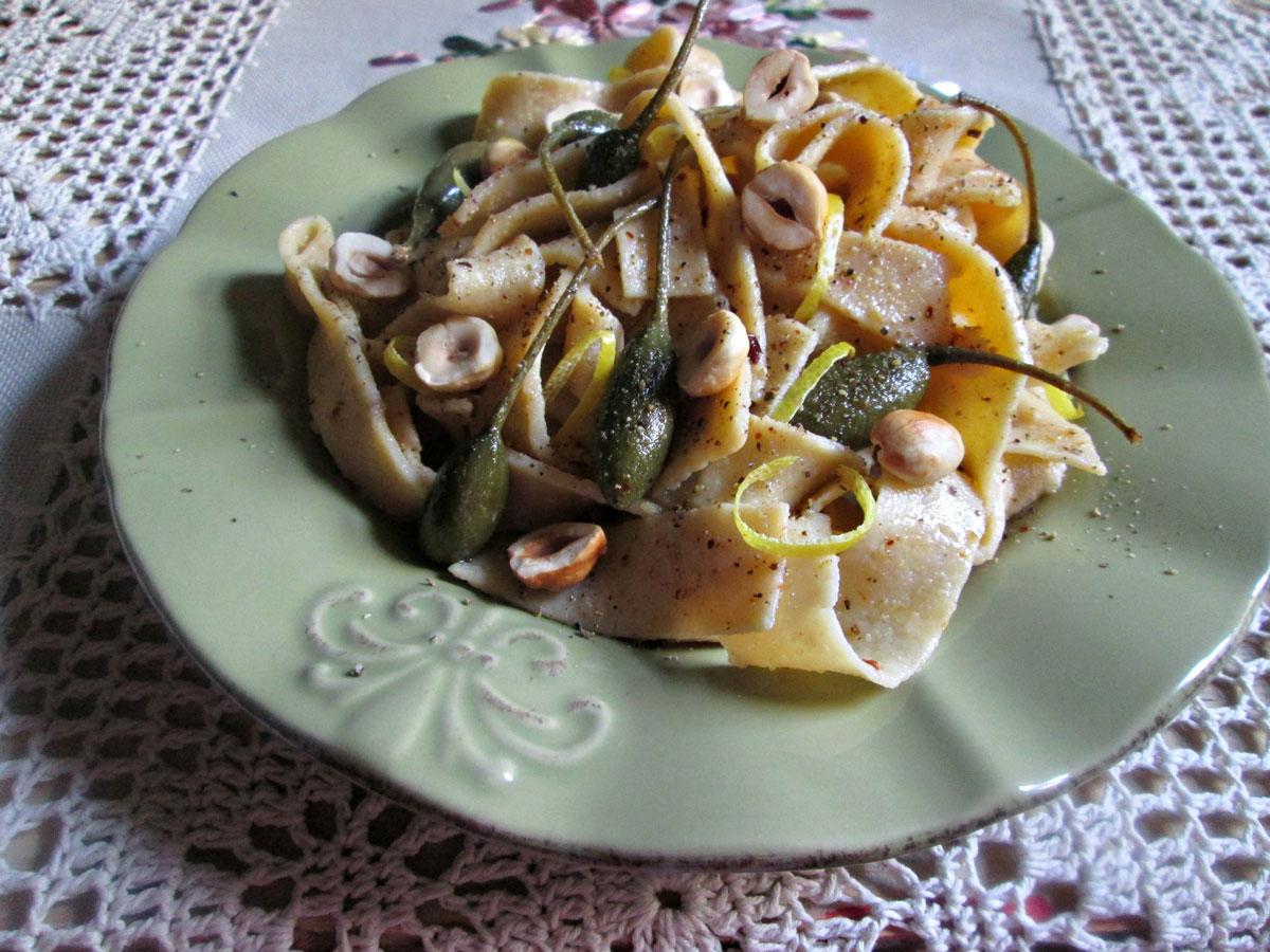 Pappardelle con oliva al ajo, alcaparrones y avellanas. Gluten free!